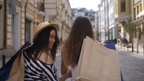 Amigos asiáticos y caucásicos del comprador que sonríen en la leva metrajes