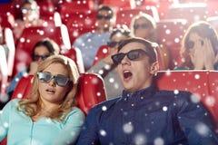 Amigos asustados que miran película de terror en el teatro 3d Imágenes de archivo libres de regalías