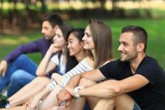 Amigos atractivos adultos que se divierten en el aire abierto Fotos de archivo
