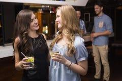 Amigos bonitos que têm uma bebida junto Fotografia de Stock