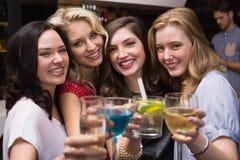 Amigos bonitos que têm uma bebida junto Fotos de Stock