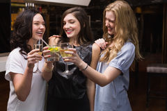 Amigos bonitos que tienen una bebida junto Foto de archivo libre de regalías