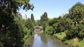 Amigos canoeing en el río francés Estrasburgo de la ciudad almacen de metraje de vídeo