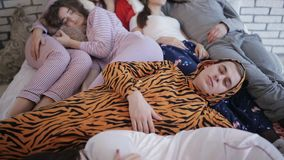 Amigos cansados após o partido, dormindo junto na cama filme