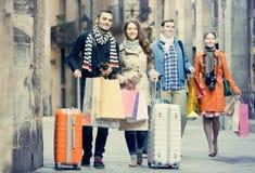 Amigos com a bagagem exterior imagem de stock royalty free