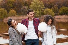 Amigos com floss dos doces Fotografia de Stock