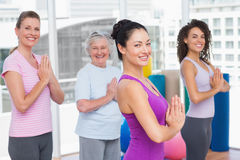 Amigos com posição abraçada mãos no gym imagens de stock royalty free