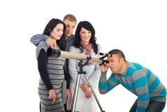 Amigos com telescópio Fotografia de Stock