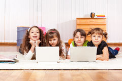 Amigos con dos computadoras portátiles Imagen de archivo libre de regalías