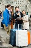 Amigos con el equipaje al aire libre Imagenes de archivo