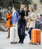 Amigos con el equipaje al aire libre Imagen de archivo libre de regalías