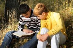 Amigos con el libro Foto de archivo