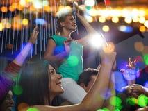 Amigos con el smartphone que toma la imagen en el concierto Fotografía de archivo