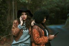Amigos con el teléfono móvil Imágenes de archivo libres de regalías