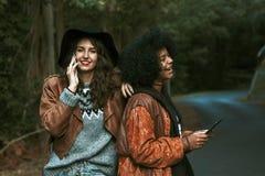 Amigos con el teléfono móvil Fotografía de archivo