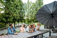 Amigos con helado en el café Imagen de archivo libre de regalías