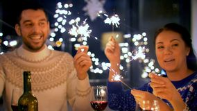 Amigos con la cena de la Navidad de las bengalas en casa metrajes