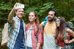 Amigos con la mochila que toma el selfie por smartphone Foto de archivo