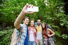 Amigos con la mochila que toma el selfie por smartphone Fotos de archivo