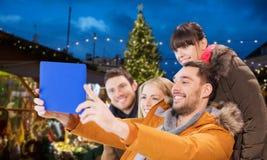 Amigos con la PC de la tableta que toma el selfie de la Navidad Fotos de archivo