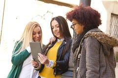 Amigos con la tableta Imagen de archivo libre de regalías