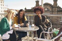 Amigos con la tableta Foto de archivo libre de regalías