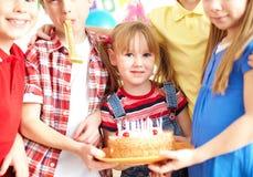 Amigos con la torta Fotografía de archivo libre de regalías