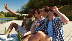 Amigos con las bebidas que toman el selfie por smartphone metrajes
