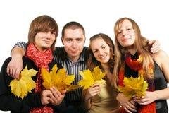 Amigos con las hojas de arce Fotografía de archivo libre de regalías