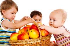 Amigos con las manzanas imagen de archivo libre de regalías