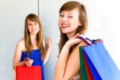 Amigos con los bolsos de compras Foto de archivo