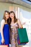 Amigos con los bolsos de compras Imagenes de archivo