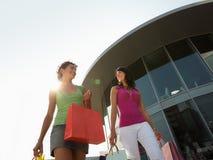Amigos con los bolsos de compras Foto de archivo libre de regalías