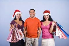 Amigos con los bolsos de los regalos de Navidad Fotos de archivo