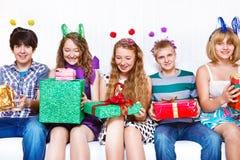 Amigos con los presentes Imagen de archivo libre de regalías