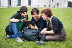 Amigos con PC de la tablilla Fotos de archivo libres de regalías
