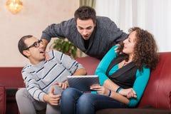 Amigos con PC de la tablilla Foto de archivo
