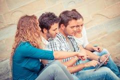 Amigos con PC de la tablilla Foto de archivo libre de regalías