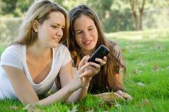 Amigos con un teléfono Imagen de archivo libre de regalías