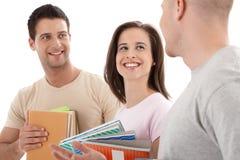 Amigos da faculdade que conversam, rindo Fotografia de Stock Royalty Free