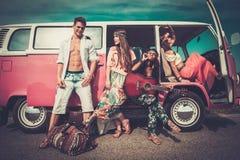 Amigos da hippie em uma viagem por estrada imagens de stock