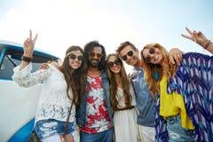 Amigos da hippie sobre o carro da carrinha que mostra o sinal de paz Fotos de Stock
