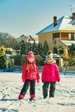 Amigos das crianças em uma caminhada do inverno foto de stock