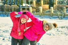 Amigos das crianças em uma caminhada do inverno foto de stock royalty free