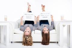 Amigos de cabeça para baixo Fotos de Stock Royalty Free