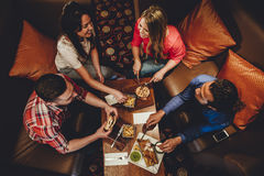 Amigos de cena finos Imágenes de archivo libres de regalías
