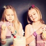 Amigos de chicas jóvenes con la caja y la torta de regalo Cumpleaños Fotografía de archivo libre de regalías