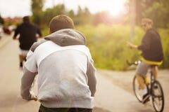 Amigos de ciclo en la puesta del sol Imagenes de archivo
