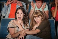 Amigos de griterío en teatro Foto de archivo