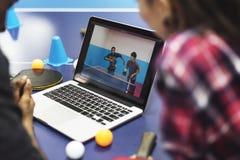Amigos de la actividad que juegan concepto de los tenis de mesa Fotos de archivo